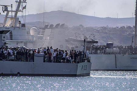 Migranten werden mit Schiffen der italienischenMarine von Lampedusa nach Sizilien gebracht. Foto: Fabio Peonia/LaPresse/ AP/dpa