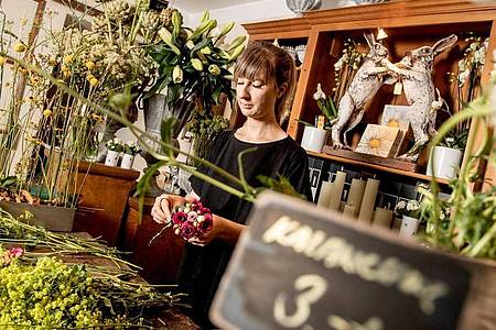 Hier soll jede Blüte zur Geltung kommen: Lisa Eva Zienc macht in Berlin eine Ausbildung zur Floristin. Foto: Zacharie Scheurer/dpa-tmn