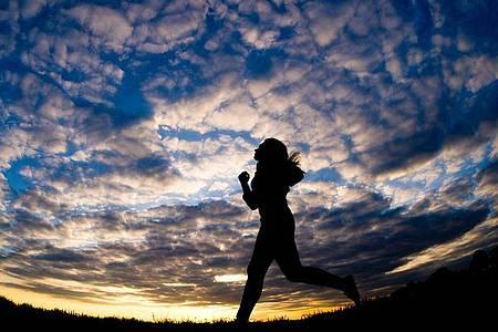 Im Herbst und Winter sind viele Joggerinnen und Jogger in der Dunkelheit oder bei Dämmerlicht unterwegs. Foto: Christoph Schmidt/dpa/dpa-tmn