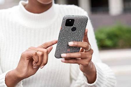 Eine Frau hält ein Pixel-Smartphone von Google in den Händen. Foto: Google/dpa