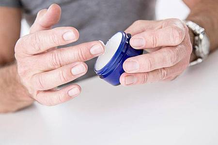 Wie ist das, brauchenMänner Pflegeprodukte speziell für Männerhaut?. Foto: Christin Klose/dpa-tmn