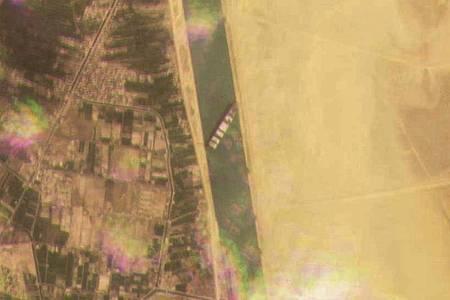 Dieses Satellitenbild zeigt das Frachtschiff MV Ever Given, das im Suezkanal auf Grund gelaufen ist. Foto: Planet Labs Inc./Planet Labs Inc./AP/dpa