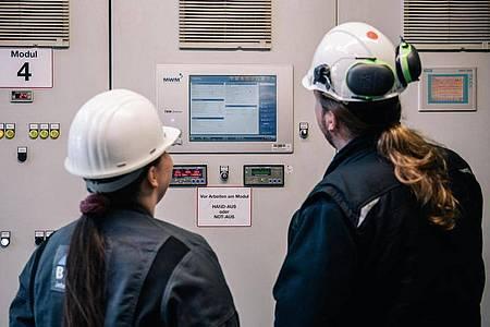 An der sogenannten Trennsteuerung kontrolliert die angehende Anlagenmechanikerin Lisa-Maria Schippl die Zylindertemperatur der Gasmotoren, die im Kraftwerk elektrischen Strom und Wärme erzeugen. Foto: Zacharie Scheurer/dpa-tmn