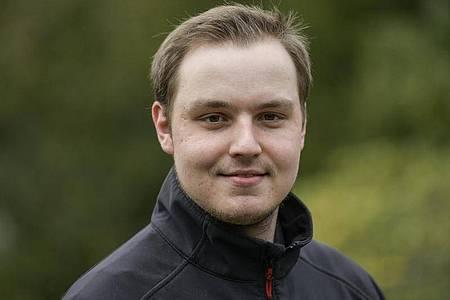 Der 24-Jährige Nico Hemsteg absolviert seine Ausbildung bei der Friedhofsgärtnerei Freuken in Duisburg. Foto: Kirsten Neumann/dpa-tmn