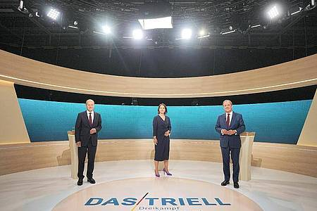 Kanzlerkandidat Olaf Scholz (SPD, l-r), Kanzlerkandidatin Annalena Baerbock (Bündnis90/Die Grünen) und Kanzlerkandidat Armin Laschet (CDU) stehen im Fernsehstudio. Foto: Michael Kappeler/dpa-Pool/dpa