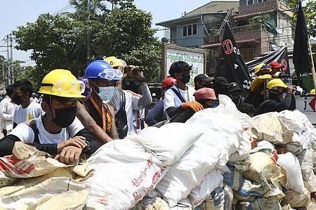 Demonstranten bereiten im Stadtteil Tarkata eine Barrikade vor. Die neue Junta in Myanmar geht weiter mit brutaler Gewalt und Inhaftierungen gegen politische Gegner, Demonstranten und Journalisten vor. Foto: -/AP/dpa