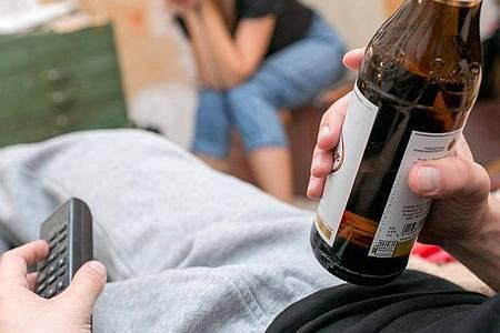 Aus Sicht von Gesundheitsexperten sollten Männer maximal zwei kleine Gläser Bier am Tag trinken und mindestens zwei Tage pro Woche alkoholfrei bleiben. Eine wirklich risikolose Menge gibt es aber nicht. Foto: Karolin Krämer/dpa-tmn
