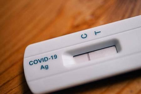 Ein Strich beim Buchstaben C bedeutet bei diesem Schnelltest: Das Ergebnis ist negativ, es konnte keine Covid-19-Infektion nachgewiesen werden. Foto: Zacharie Scheurer/dpa-tmn