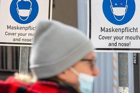 Kein Ende der Maskenpflicht inSicht: Die Inzidenz steigt zu Wochenbeginn erneut - sie liegt inzwischen bei 165,3. Foto: Peter Kneffel/dpa