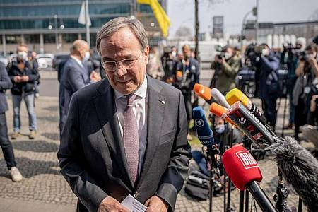 Armin Laschet, CDU-Bundesvorsitzender und Ministerpräsident von Nordrhein-Westfalen, geht nach einem Statement ins Konrad-Adenauer-Haus, der Bundeszentrale der CDU. Foto: Michael Kappeler/dpa