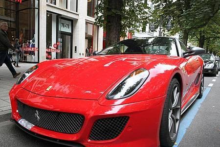 Teuere Autos, die viel Sprit schleudern gehören laut Oxfam zu den Emmissiontreibern. Foto: picture alliance / dpa