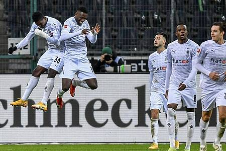 Mönchengladbachs Spieler feiern das 4:2 gegen Borussia Dortmund. Foto: Martin Meissner/Pool AP/dpa