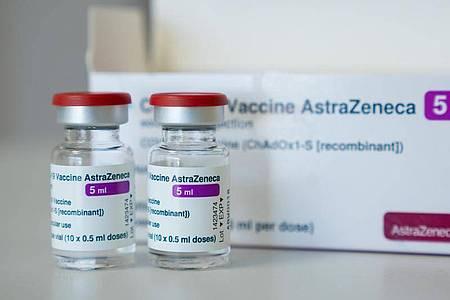 In einer Hausarztpraxis stehen Ampullen des Corona-Impfstoffs des Schwedisch-Britischen Herstellers AstraZeneca. Foto: Nicolas Armer/dpa