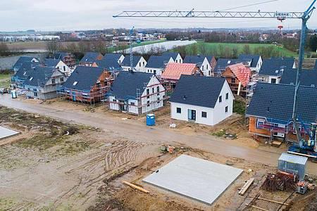 Einfamilienhäuser werden in der Region Hannover gebaut. Foto: Julian Stratenschulte/dpa/Archiv