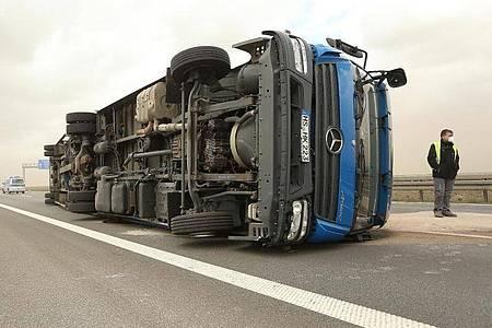 Heftige Sturmböen haben auf der Autobahn 44 bei Garzweiler einen Lkw auf die Seite geworfen. Foto: David Young/dpa