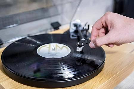 Wer alte Schallplatten hat, kommt womöglich auf die Idee, diese noch möglichst gewinnbringend zu verkaufen - doch das Erlöspotenzial ist gering. Foto: Alexander Heinl/dpa-tmn