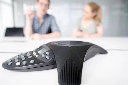 Der visuelle Kommunikationskanal fehlt: Das muss der Moderator einer Telefonkonferenz auffangen, indem er die fehlenden Infos hörbar macht. Foto: Andrea Warnecke/dpa-tmn