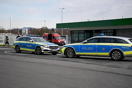 Fahrzeuge von Polizei und Feuerwehr stehen Mitte Februar vor einem Werk eines Getränkeherstellers in Eppelheim. Foto: Rene Priebe/dpa