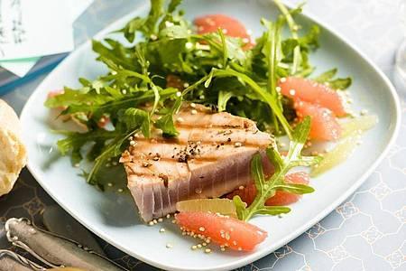 Fettreicher Meeresfisch - etwa Thunfisch - ist eine natürliche Nahrungsquelle für die Omega-3-Fettsäuren DHA und EPA. Foto: Manuela Rüther/dpa-tmn