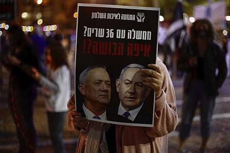Protest gegen die neue Regierungskoalition unter Benny Gantz und Benjamin Netanjahu in Tel Aviv. Foto: Ariel Schalit/AP/dpa
