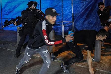 Israelische Bereitschaftspolizei und muslimische Gläubige geraten in der Altstadt von Jerusalem aneinander. Foto: Ilia Yefimovich/dpa