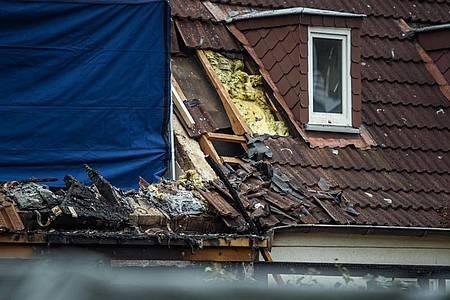 Ein nach einer Explosion zerstörtes Reihenendhaus in Schlewsig-Holstein. In dem Haus hat die Polizei eine Leiche gefunden. Foto: Gregor Fischer/dpa