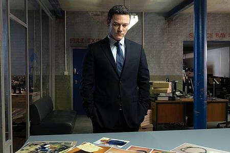 Superintendent Steve Wilkins (Luke Evans) arbeitet sich an zwei ungelösten Doppelmorden ab. Foto: Magenta TV/dpa