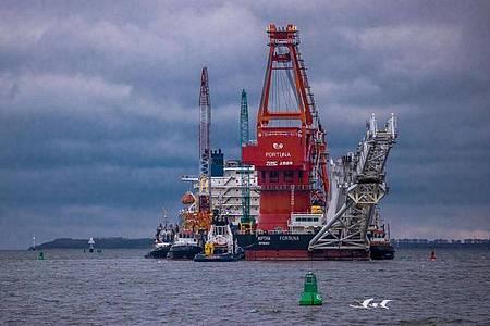 Schlepper ziehen das russische Rohr-Verlegeschiff «Fortuna» auf die Ostsee. Das Spezialschiff wird für Bauarbeiten an der deutsch-russischen Ostsee-Gaspipeline Nord Stream 2 eingesetzt. Foto: Jens Büttner/dpa-Zentralbild/dpa