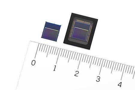 Die neuen Bildsensoren von Sony, IMX500 (l) und IMX501. Foto: -/Sony/dpa