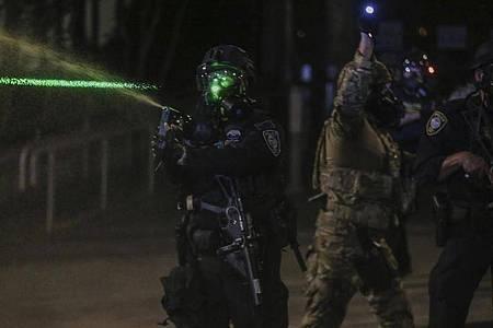 Polizisten gehen mit Tränengas gegen Demonstranten vor. Foto: Dave Killen/The Oregonian/dpa