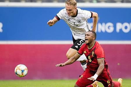 Beim Kampf um den Ball foult Amos Pieper (hinten) von der deutschen U21 den Belgier Lois Openda. Foto: Jasper Jacobs/BELGA/dpa