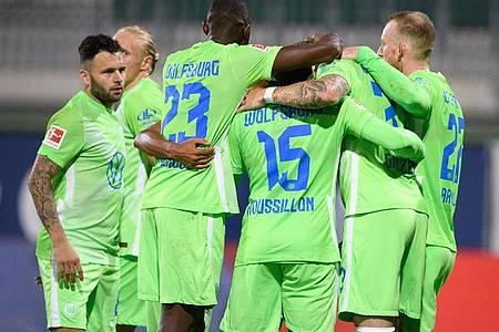 Wolfsburgs Spieler jubeln - doch auf dem Weg in die Gruppenphase wartet noch AEKAthen. Foto: Swen Pförtner/dpa