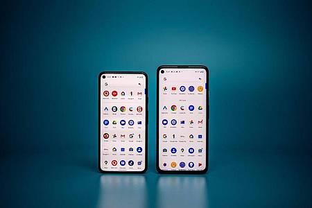 Googles neues Flaggschiff ist das Pixel 5 (links) für 613 Euro. Etwas günstiger ist das 4a 5G (486 Euro). Foto: Zacharie Scheurer/dpa-tmn