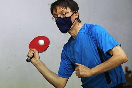 Hält sich mit Tischtennisspielen fit: SPD-Gesundheitsexperte Karl Lauterbach. Foto: Oliver Berg/dpa
