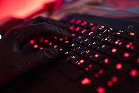 Russische Hacker sollen in den USA unter anderem Ministerien, Behörden und Firmen angegriffen haben. Foto: Nicolas Armer/dpa
