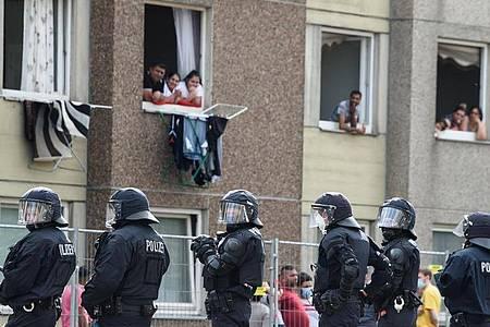 Polizisten vor einem unter Quarantäne gestellten Wohngebäude in der Göttinger Innenstadt. Foto: Swen Pförtner/dpa