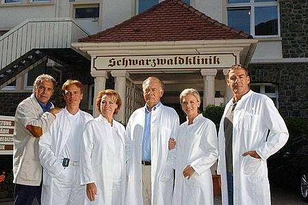 Christian Kohlund (l-r), Alexander Wussow, Gaby Dohm, Klausjürgen Wussow, Eva Habermann und Sascha Hehn bei den Dreharbeiten für die Jubiläumssendung der «Schwarzwaldklinik» (2004. Foto: Rolf Haid/dpa