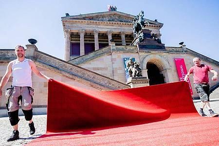 Die Normalität kehrt langsam wieder zurück:der rote Teppich auf der Museumsinsel. Foto: Christoph Soeder/dpa Pool/dpa