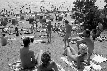 Dutzende Nudisten sonnen sich am Müggelsee in Ostberlin (Archivfoto vom Mai 1986). Foto: Thomas Uhlemann/dpa-Zentralbild/dpa