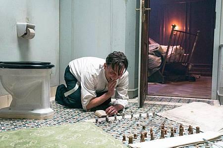 Schach hilft ihm, nicht den Verstand zu verlieren:Oliver Masucci als Josef Bartok. Foto: Julia Terjung/Studiocanal/Walker + Worm Film/dpa
