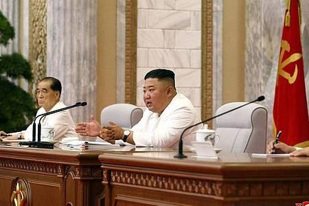 Kim Jong Un während einer Sitzung des Politbüros in Pjöngjang. Foto: -/KCNA/dpa