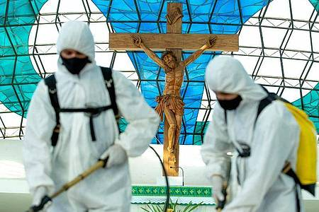 Die Kathedrale Nossa Senhora Aparecida in Brasilia wird desinfiziert. Foto: Myke Sena/dpa