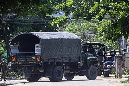 Ein Polizeifahrzeug steht auf einer Straße, um eine Versammlung von Anti-Putsch-Demonstranten in Yangon zu verhindern. Foto: --/AP/dpa