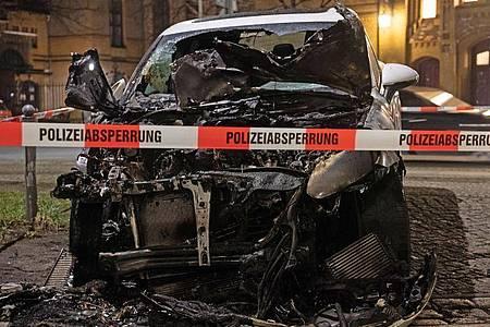 Ein ausgebranntes Auto in der Hannoverschen Straße in Berlin. Foto: Paul Zinken/dpa-Zentralbild/dpa