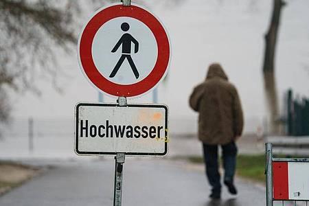 Ein Schild weist Anfang Februar am Rheinufer im hessischen Eltville auf die Gefahr durcg Hochwasser hin. Foto: Andreas Arnold/dpa