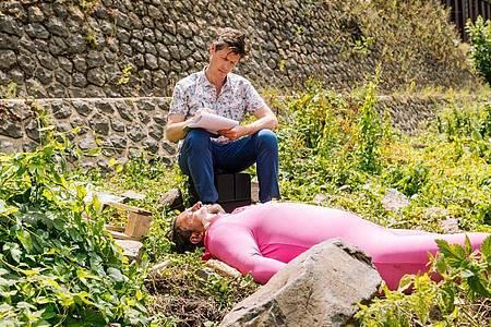 Dr. Philip Kraft (Thomas Clemens) hockt neben der Leiche - der ersten in der neuen «Soko Köln»-Staffel. Foto: Martin Rottenkolber/ZDF/dpa