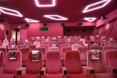 Zettel markieren im Berliner Kino Delphi Lux die durchschnittliche Sitzbelegung unter Berücksichtigung der Corona-Auflagen. Foto: Sven Braun/dpa