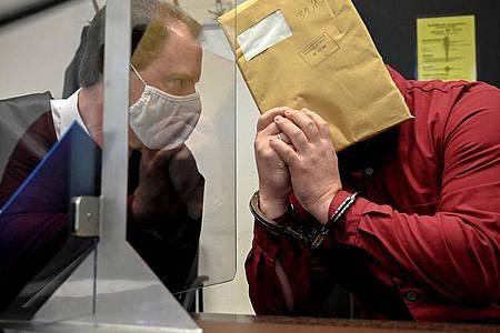 Dem 39-jährigen Angeklagten im Missbrauchskomplex Bergisch Gladbach wird vorgeworfen, seine leiblichen Kinder und ein Stiefkind, sexuell missbraucht und Bilder der Verbrechen über Chatgruppen verschickt zu haben. Foto: Sascha Steinbach/epa/Pool/dpa