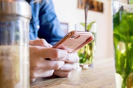 Auch wenn im Alltag nicht viel Zeit bleibt: Ein paar Minuten sollte man sich nehmen, um die Privatsphäre-Einstellungen seines Messenger zu prüfen. Foto: Christin Klose/dpa-tmn
