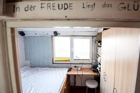 Blick in das Schlafzimmer auf dem Hausboot des verstorbenen Sängers Gunter Gabriel. Sänger Olli Schulz und YouTuber Fynn Kliemann haben das Hausboot gekauft. Foto: Daniel Bockwoldt/dpa